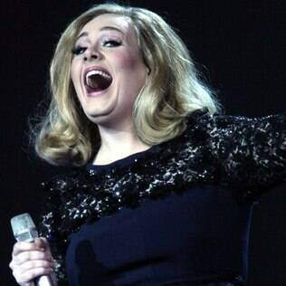 Adele comemora na festa do Brit Awards