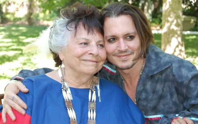 LaDonna Harris, presidente da Americans for Indian Opportunity, posa com Johnny Depp