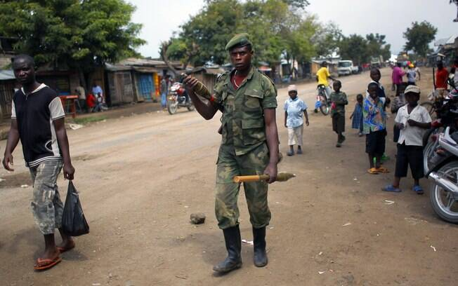 Soldado do grupo M23 é visto na cidade de Rubare, no estado de Kivu do Norte, região disputada entre rebeldes e exército do Congo