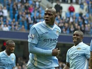 Balotelli comemora gol do City diante do Aston Villa