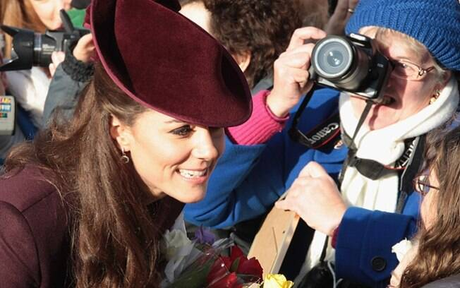Kate Middleton conversou com fãs da monarquia que estavam no local