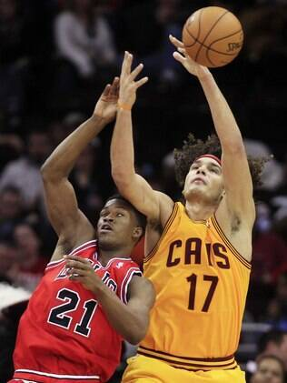 Varejão disputa a bola com Jimmy Butler, do Bulls