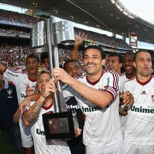 Fred carrega a taça do tetra do Fluminense no Engenhão, no último domingo