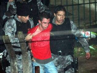 Lindembergue Alves com policiais do Gate ao sair do apartamento de Eloá. (17/10/2008)