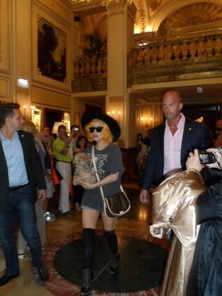 Lady Gaga no saguao do Hotel Imperial, em Viena