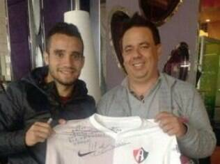 Maikon Leite posa com camisa do Atlas, do México