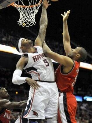 Josh Smith bloqueia LeMarcus Aldridge