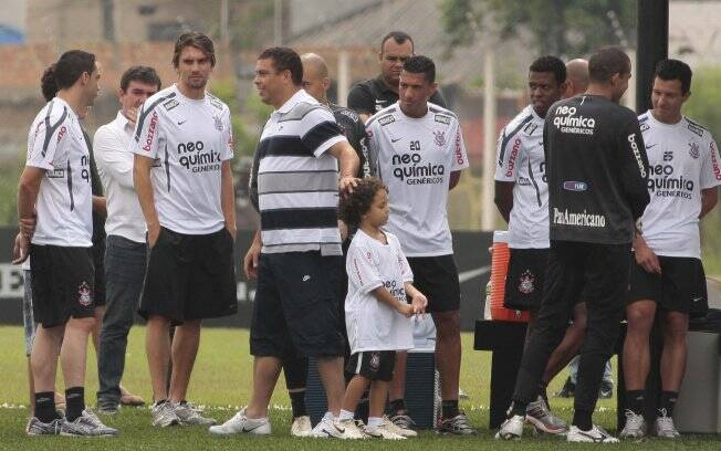Ronaldo se despede do elenco do Corinthians nesta manhã no CT