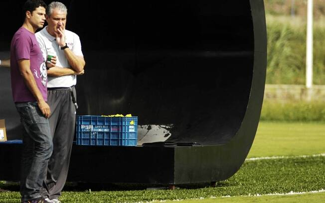 William e Tite conversam durante um treino do Corinthians no CT Joaquim Grava