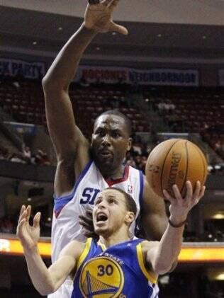 Elton Brand bloqueia Stephen Curry