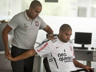 Adriano faz tratamento no CT do Corinthians