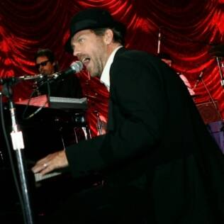 Hugh Laurie toca com a Band From TV