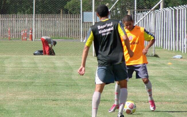 Felipinho tenta o drible no treino do Inter