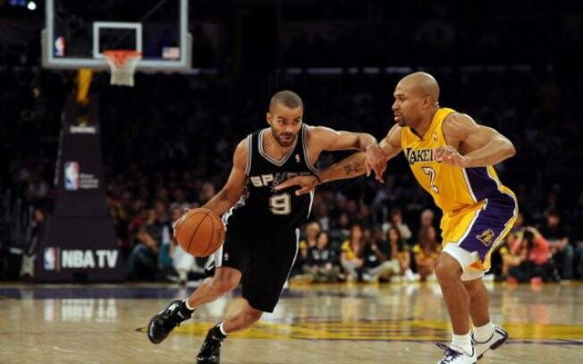 Tony Parker encara a marcação de Derek Fisher no encontro mais recente entre San Antonio e Lakers