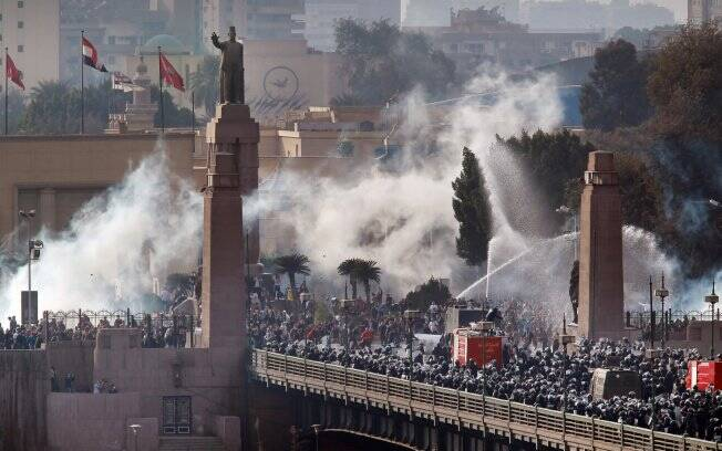 Polícia tenta conter protestos na ponte Kasr Al Nile, no centro do Cairo, capital do Egito