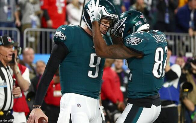 Nick Foles e Torrey Smith comemoram o título do Eagles no Super Bowl, e consequentemente da NFL