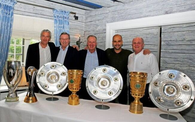 Pep Guardiola com todos os troféus conquistados no comando do Bayern de Munique