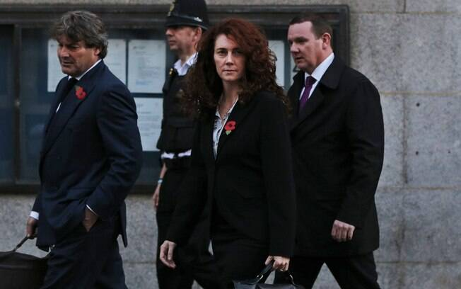 Ex-editora do News of the World Rebekah Brooks,acompanhada por seu marido Charlie Brooks, deixa a Corte Criminal Central de Londres