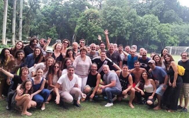 Carolina Ksting compartilha foto de confraternização do elenco da novela das 18h