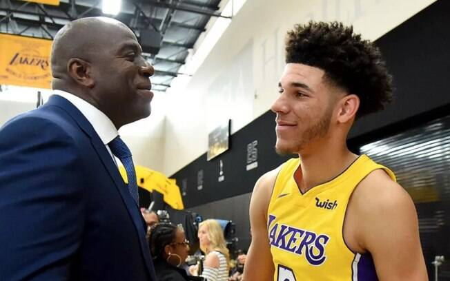 Ídolo do Los Angeles Lakers, Magic Johnson, cumprimenta Lonzo Ball