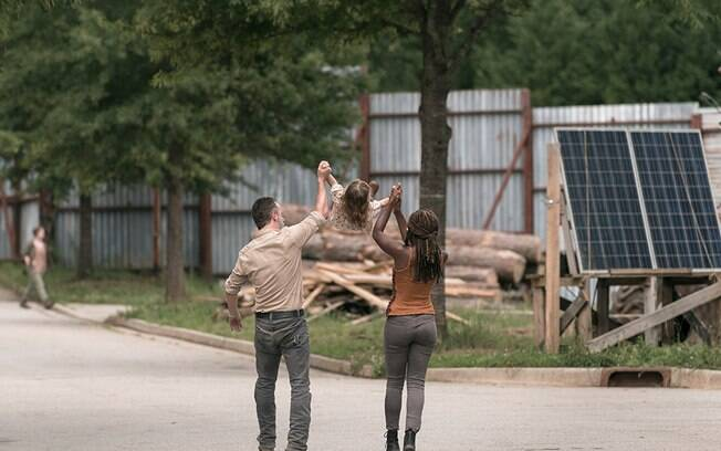 Rick Grimes e Michonne em momento familiar em The walking Dead