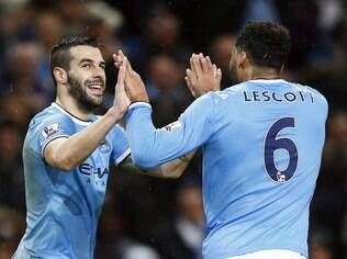 Negredo comemora com Lescott seu gol diante do Blackburn