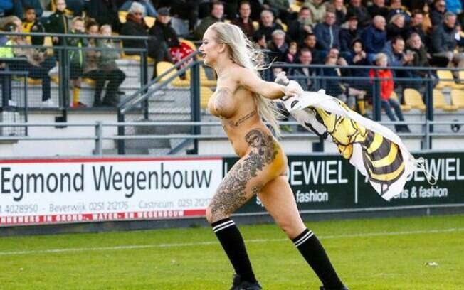 A naked woman is attacking the lawn during Rijnsburgse Boys vs. Amsterdamsche, for the 3rd division of the Netherlands