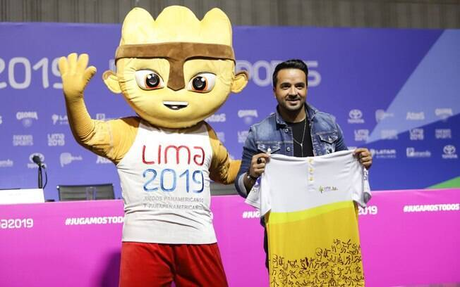 Luis Fonsi com o mascote do Pan 2019