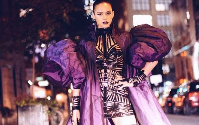 Bruna Marquezine arrasa no look de Halloween para festa em Nova York