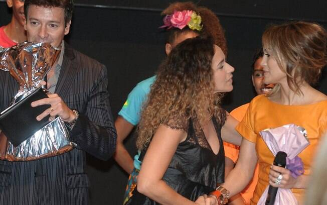 Daniela Mercury e J. Lo se cumprimentam ao final do evento