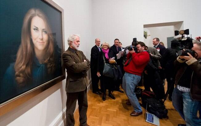 O artista Paul Emley em frente ao retrato de Kate Middleton