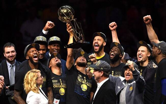 Resumo da nba ttulo do warriors durant mvp e curry satisfeito jogadores do golden state warriors levantam o trofu larry obrien de campeo da nba stopboris Choice Image