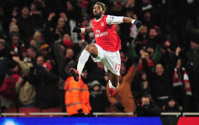 Song comemora gol com a camisa do Arsenal