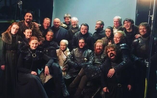 Emilia Clarke se despede de personagem e do elenco de