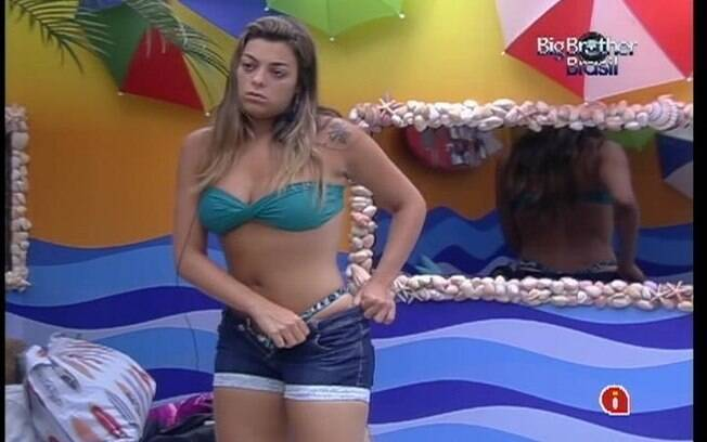 Monique experimenta short de Kelly