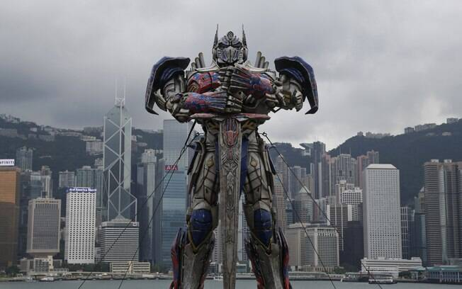 Uma figura gigante do personagem Optimus Prime do filme