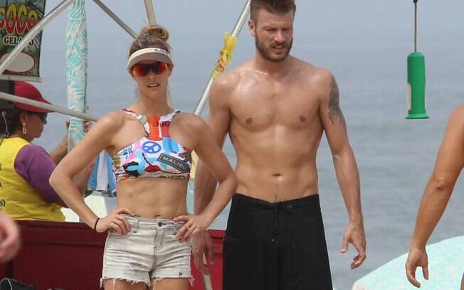 Fernanda Lima and Rodrigo Hilbert enjoy the day on the beach
