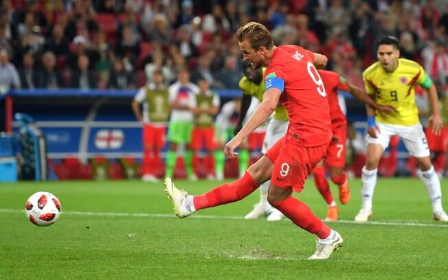 Harry Kane cobra pênalti com categoria para a Inglaterra