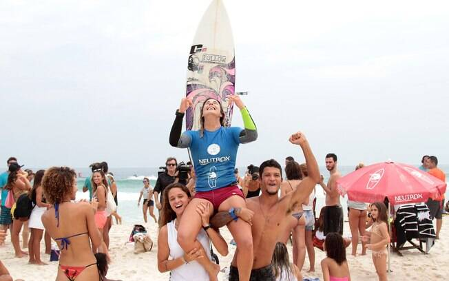 Atleta do surfe ubatubense, Camila Cassia é campeã do Neutrox Weekend