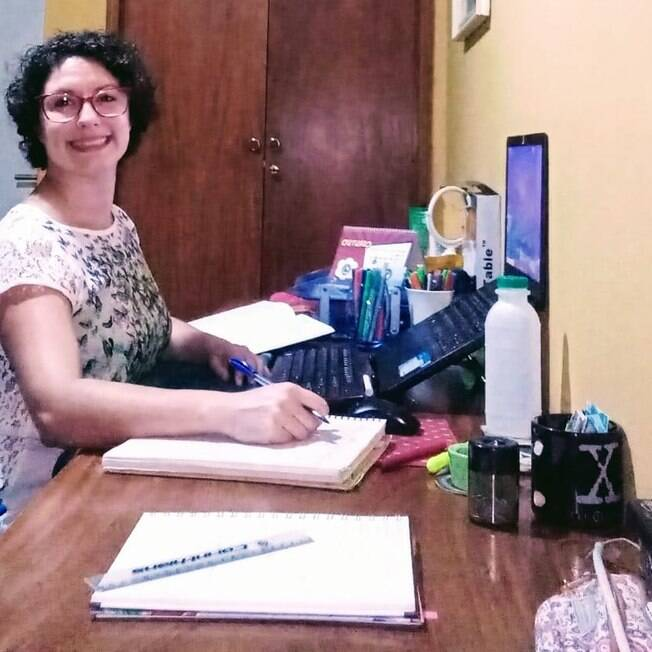 professora dando aula on-line